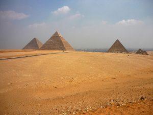 Veduta dall'alto della Piana di Giza con le tre piramidi di Cheope, Chefren e Micerino (Il Cairo, Egitto)