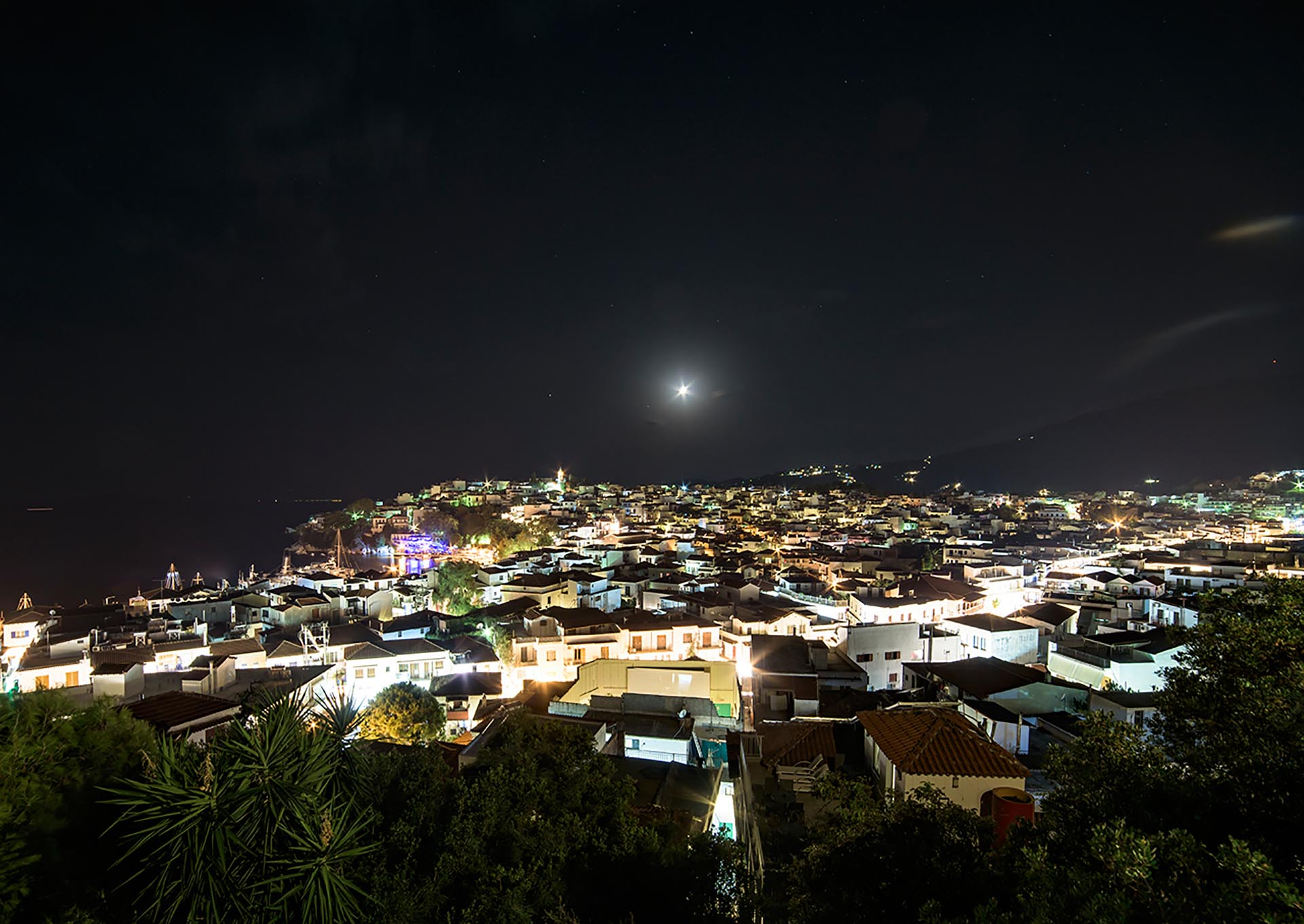 Panorama notturno di Skiathos Town