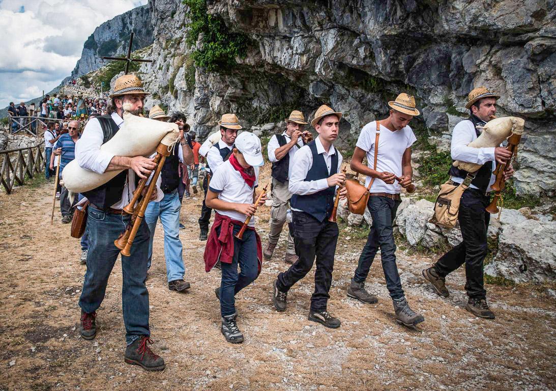 Processione accompagnata dal suono di strumenti tradizionali