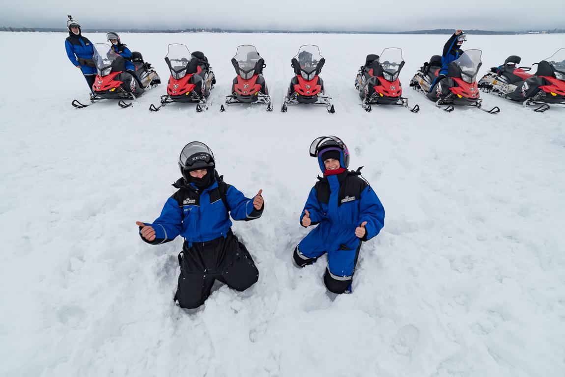 Momenti di divertimento durante un safari in motoslitta in Lapponia