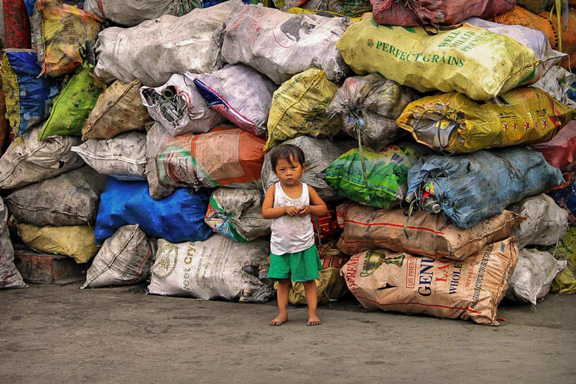 I bambini di Manila sono abbandonati a loro stessi e ogni giorno rischiano di ammalarsi gravemente