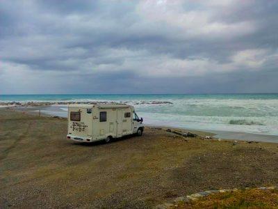 Ascoltando il suono delle onde del mare presso Cirò Marina, Calabria