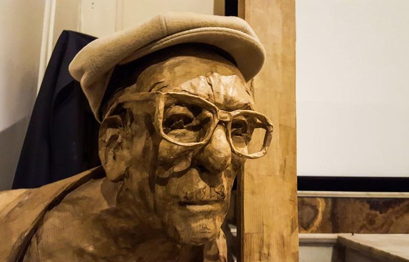 Statua di Edoardo De Filippo presso il Nuovo Teatro Sanità