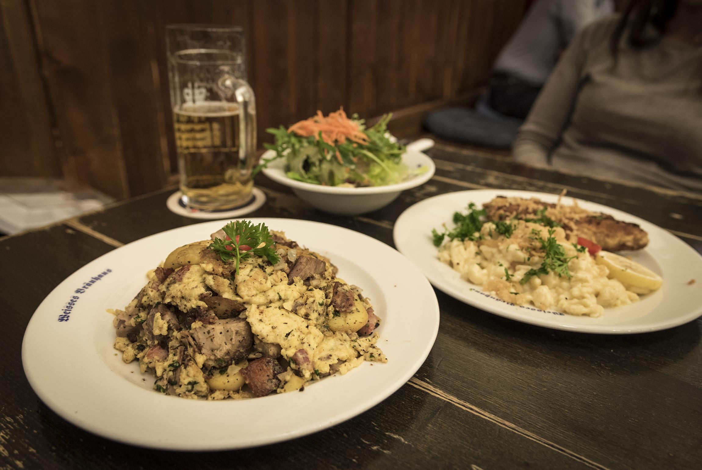 Cena presso un pub tipico a Monaco di Baviera