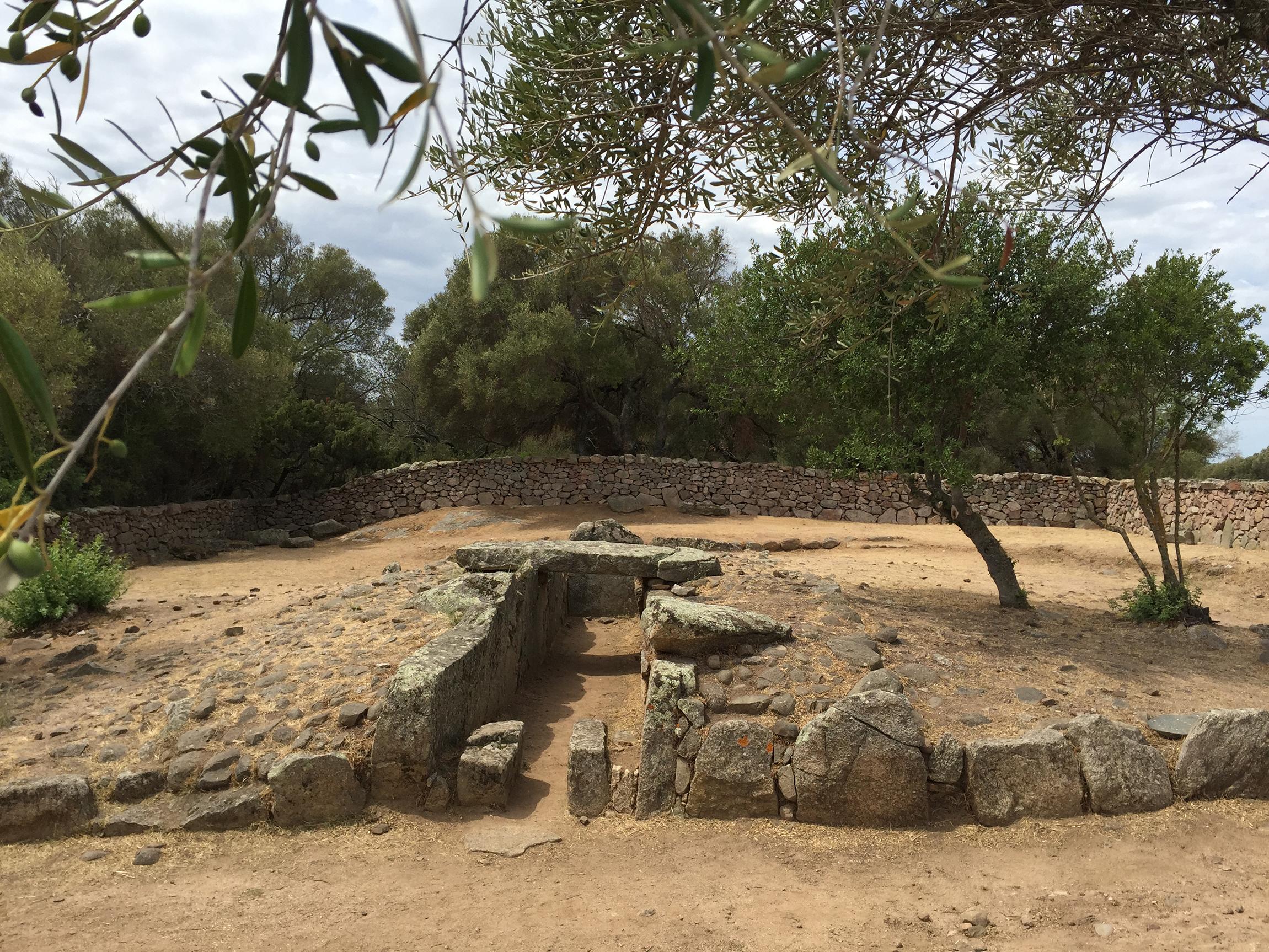 Tomba dei Giganti Moru - Parco archeologico di Arzachena (su concessione del MIBAC -Soprintendenza Archeologia, Belle Arti e Paesaggio per le Province di Sassari e Nuoro)