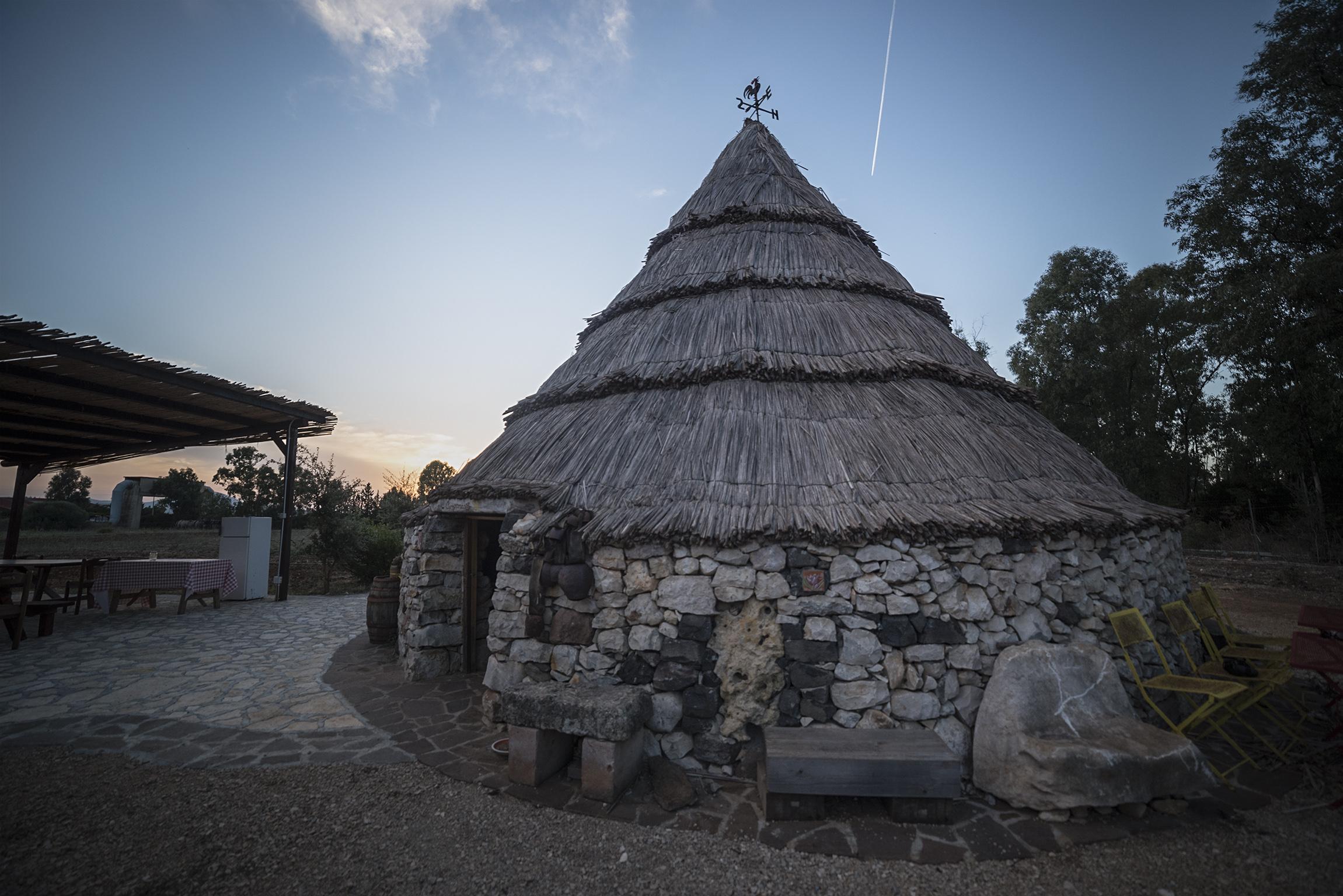 """Pinnetta, tipica costruzione pastorale presso l'Azienda agricola """"Cumpanzos"""" - Olmedo"""
