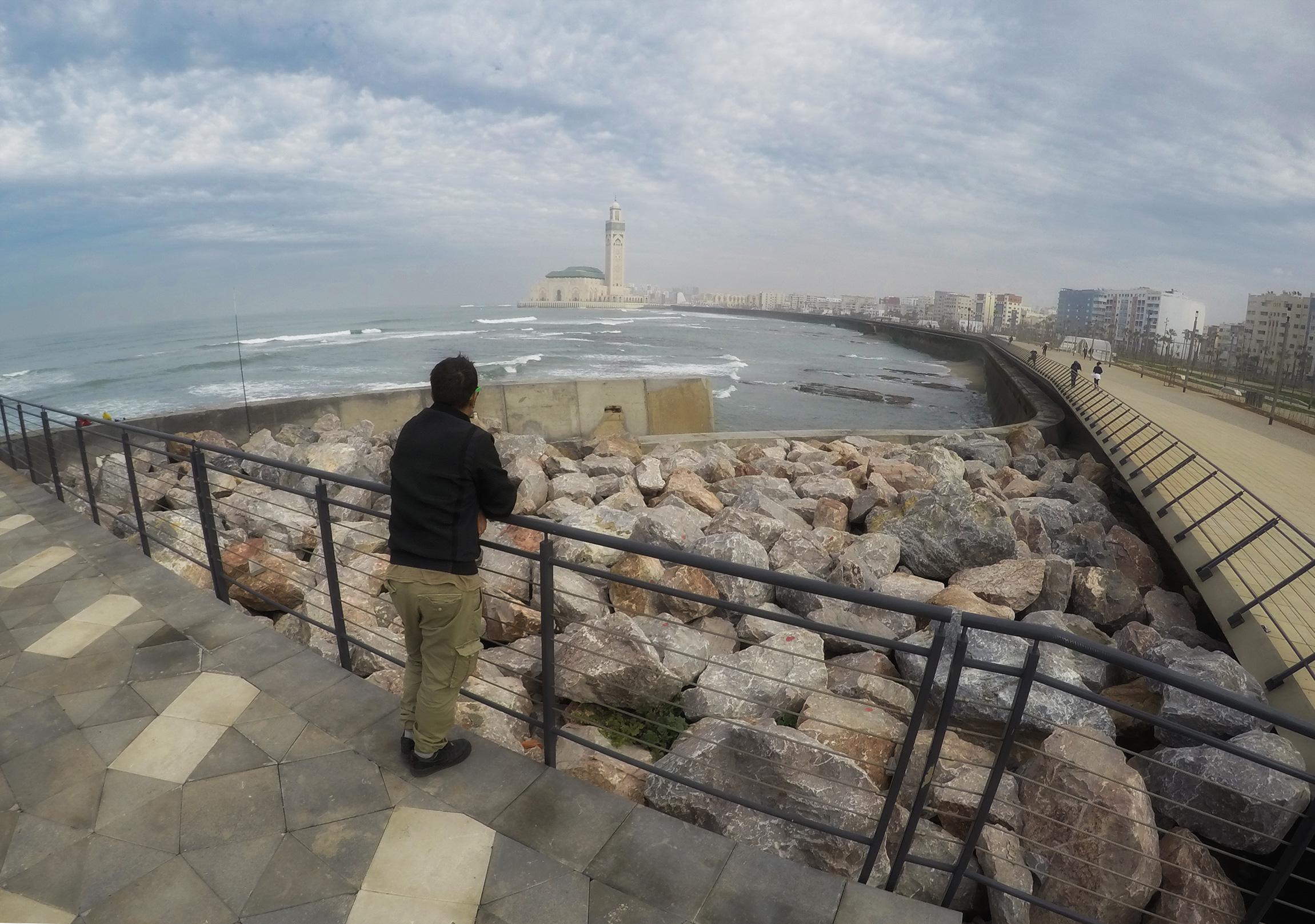 Vista delle Corniche e sullo sfondo la sagoma della Moschea di Hassan II
