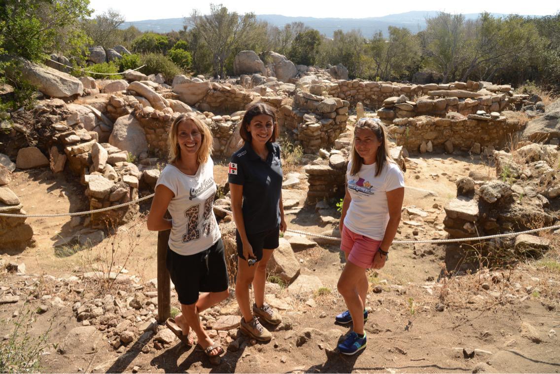 Le ragazze di CoolTour Gallura - Arianna, Alessia e Stefania - che gestiscono il Sito archeologico Lu Brandali