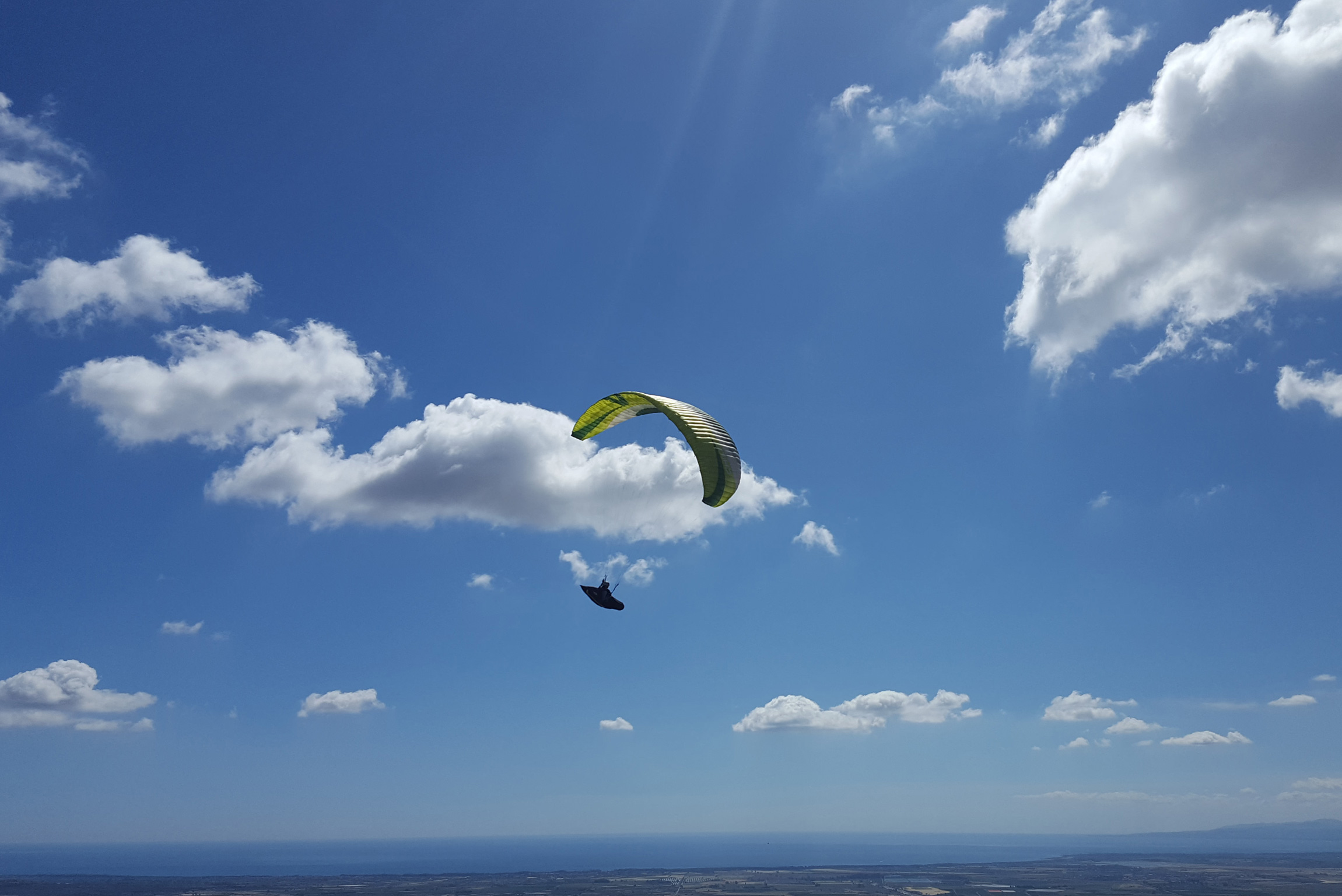 Turismo esperienziale in Calabria: volare in parapendio sulle colline di Civita