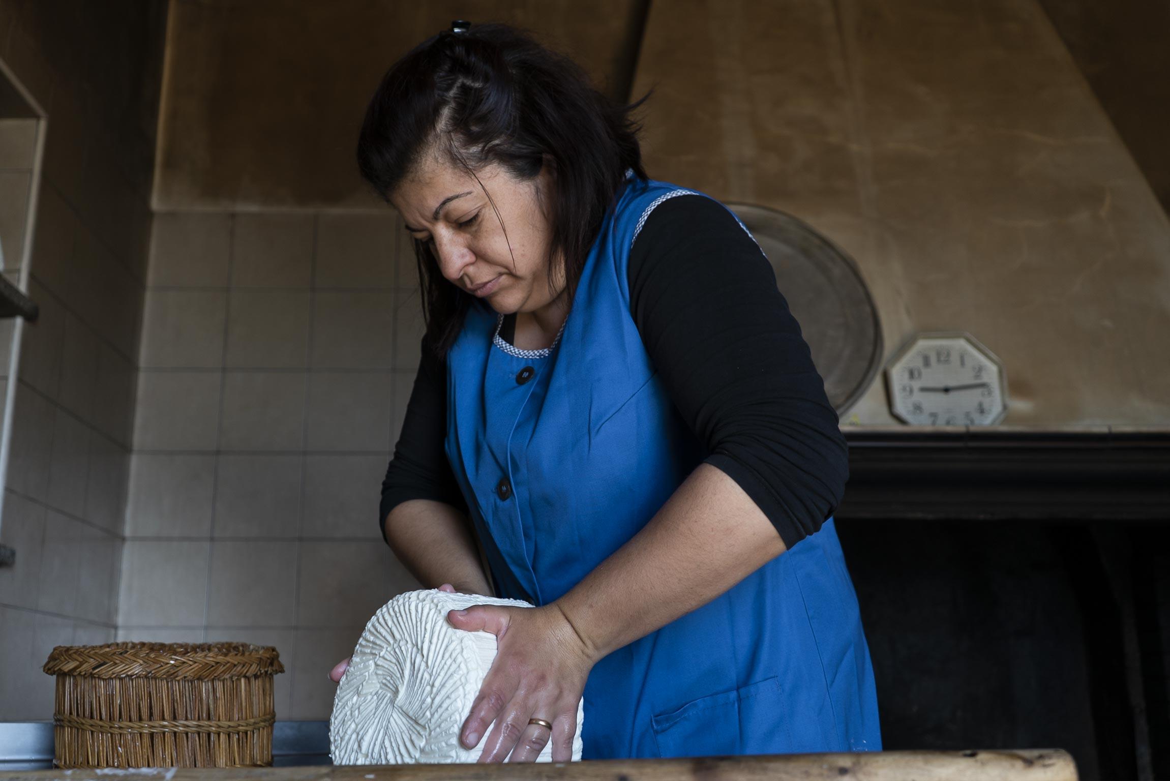Caterina ci mostra il lavoro che c'è dietro alla creazione di una forma di formaggio