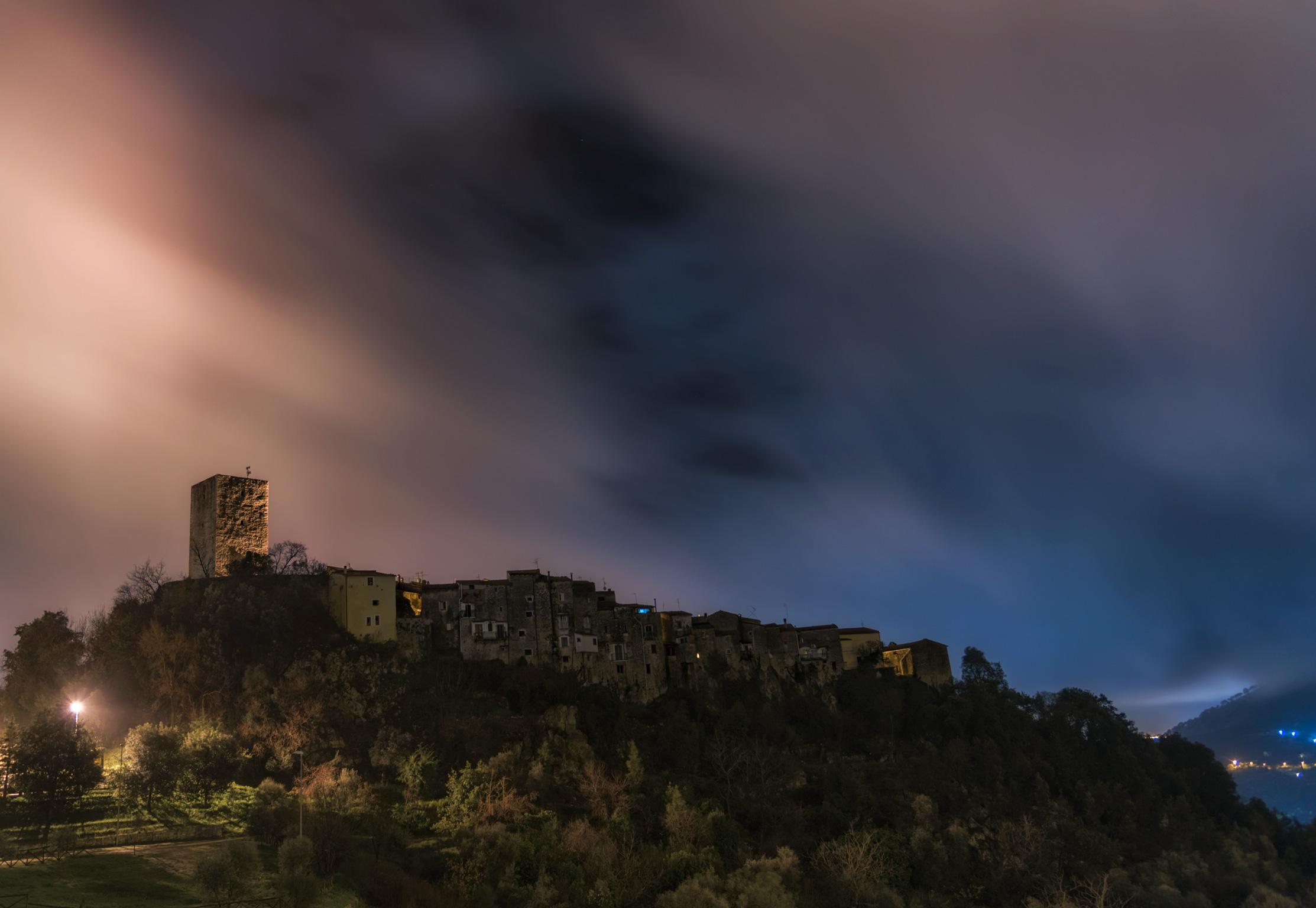 Il borgo di Maranola visto da dietro in una serata nebbiosa