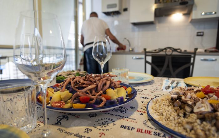Spaghetti di totano accompagnati da patate colorate e pomodorini (a sinistra) e orzo perlato con totano locale e melanzane croccanti (a destra) - Home Restaurant