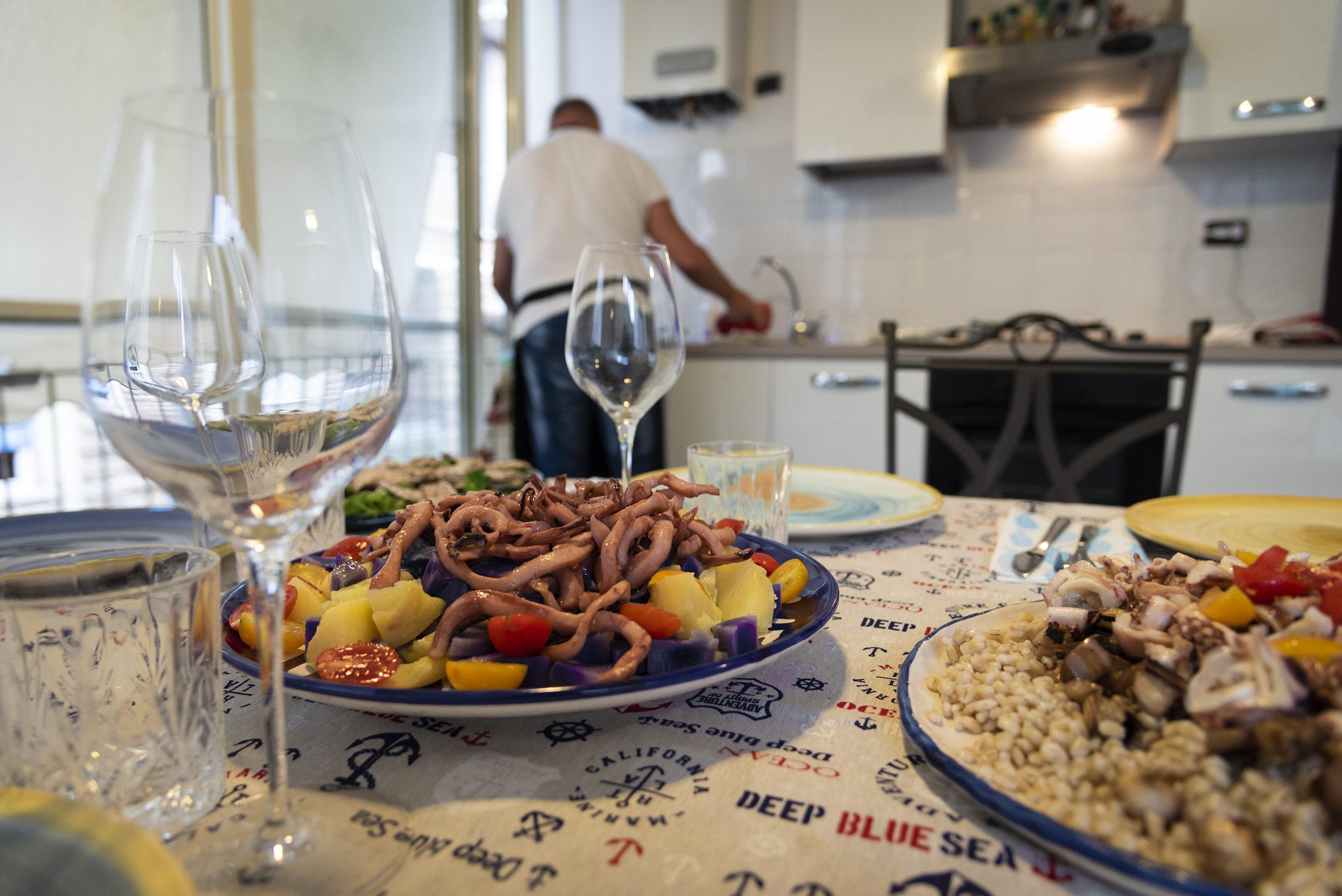 """Spaghetti di totano accompagnati da patate colorate e pomodorini (a sinistra) e orzo perlato con totano locale e melanzane croccanti (a destra) - Home Restaurant """"A CASA DI MARCO"""""""