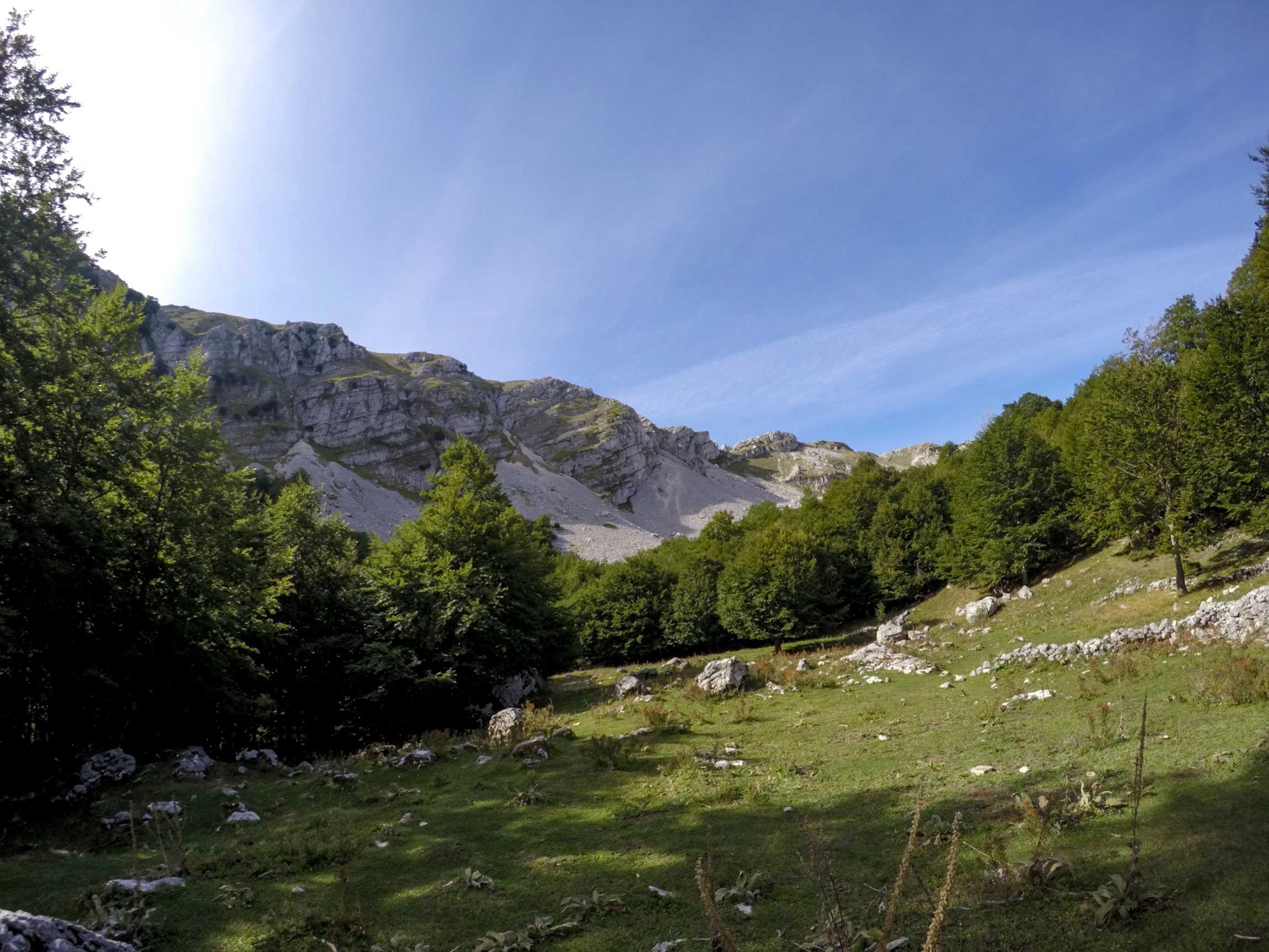Stazzo Val di Rose, da cui si osserva il Monte Beccanera e l'Alta Val di Rose