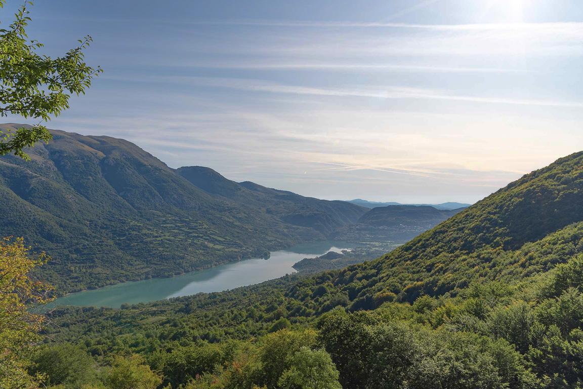 Panorama sul borgo di Barrea e sul lago omonimo dal sentiero I1, che da Civitella Alfedena conduce al Rifugio di Forca Resuni