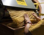 Taglio della pasta presso il Pastificio Martelli