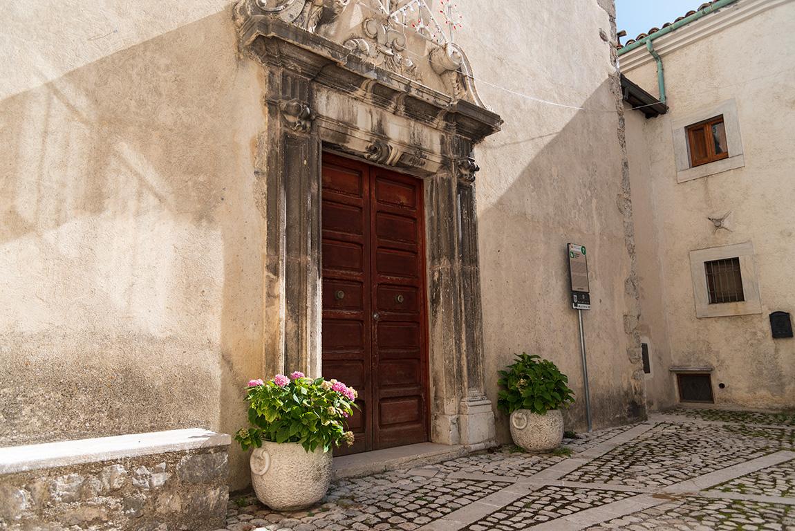 L'esterno della Chiesa di San Nicola a Civitella Alfedena