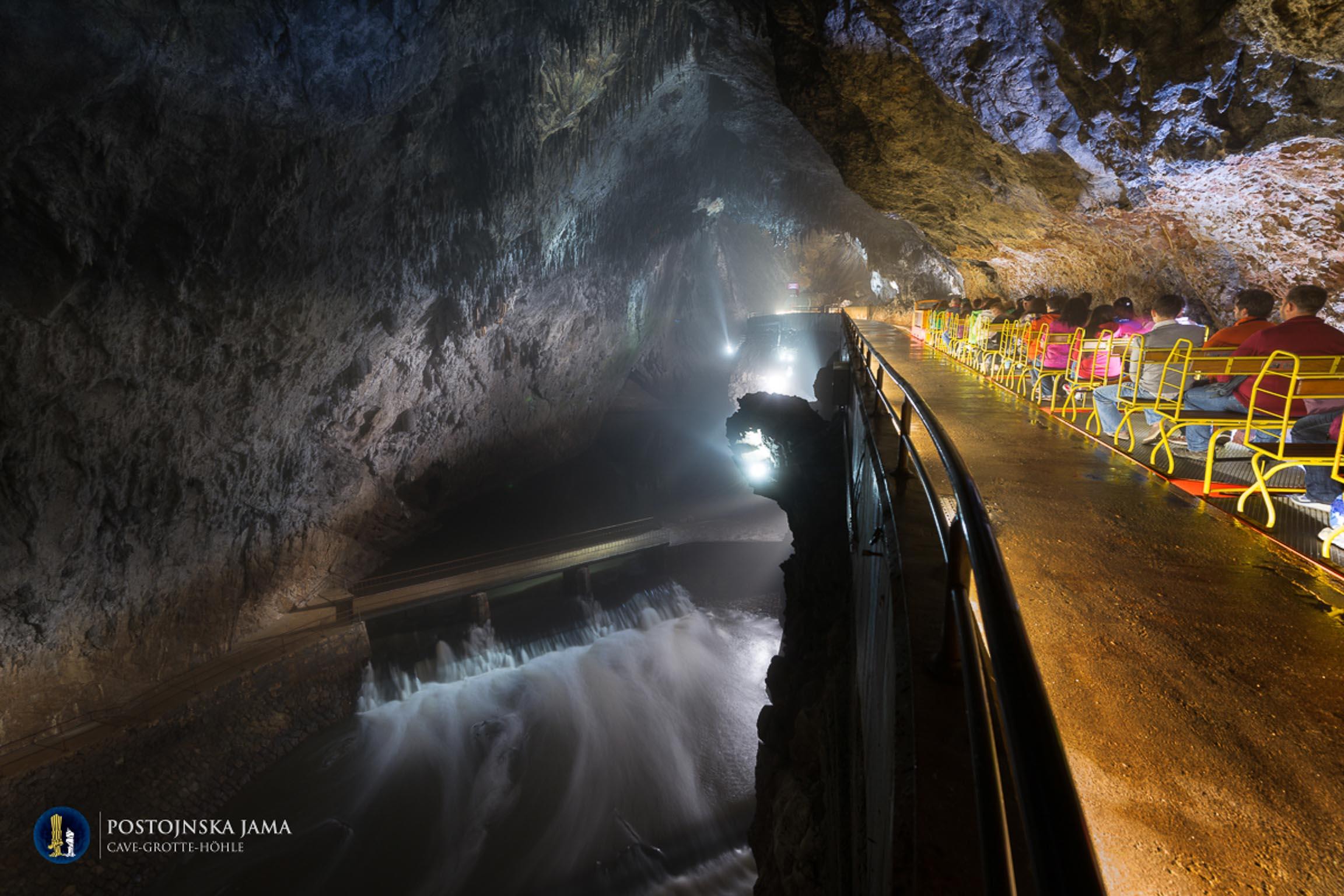 Termine della corsa del trenino presso il fiume sotterraneo Piuca