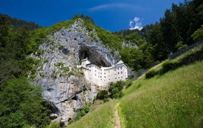 Castello di Predjama visto dal basso