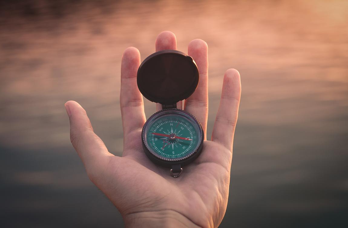 Oggetti per orientarsi: GPS, Mappa e bussola (Photo by Aron Visuals)