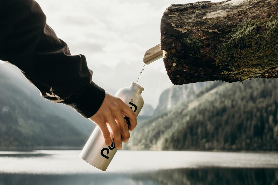 Cosa mettere nello zaino da trekking: riserva d'acqua (Photo by Kate Joie)