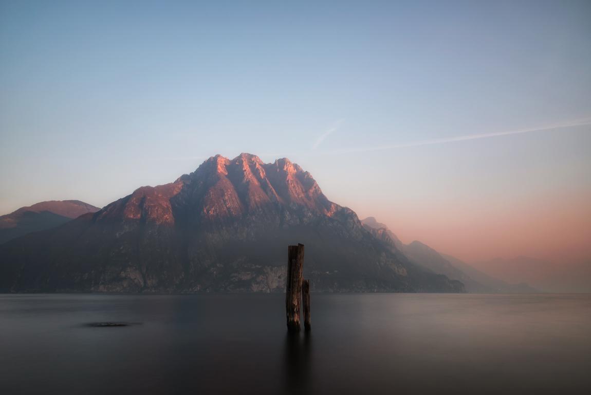 Corna Trentapassi al tramonto che sovrasta il Lago d'Iseo