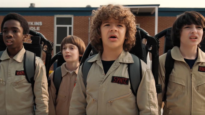 Stranger Things: scena in cui i protagonisti sono travestiti da Ghostbusters davanti alla scuola media di Hawkins