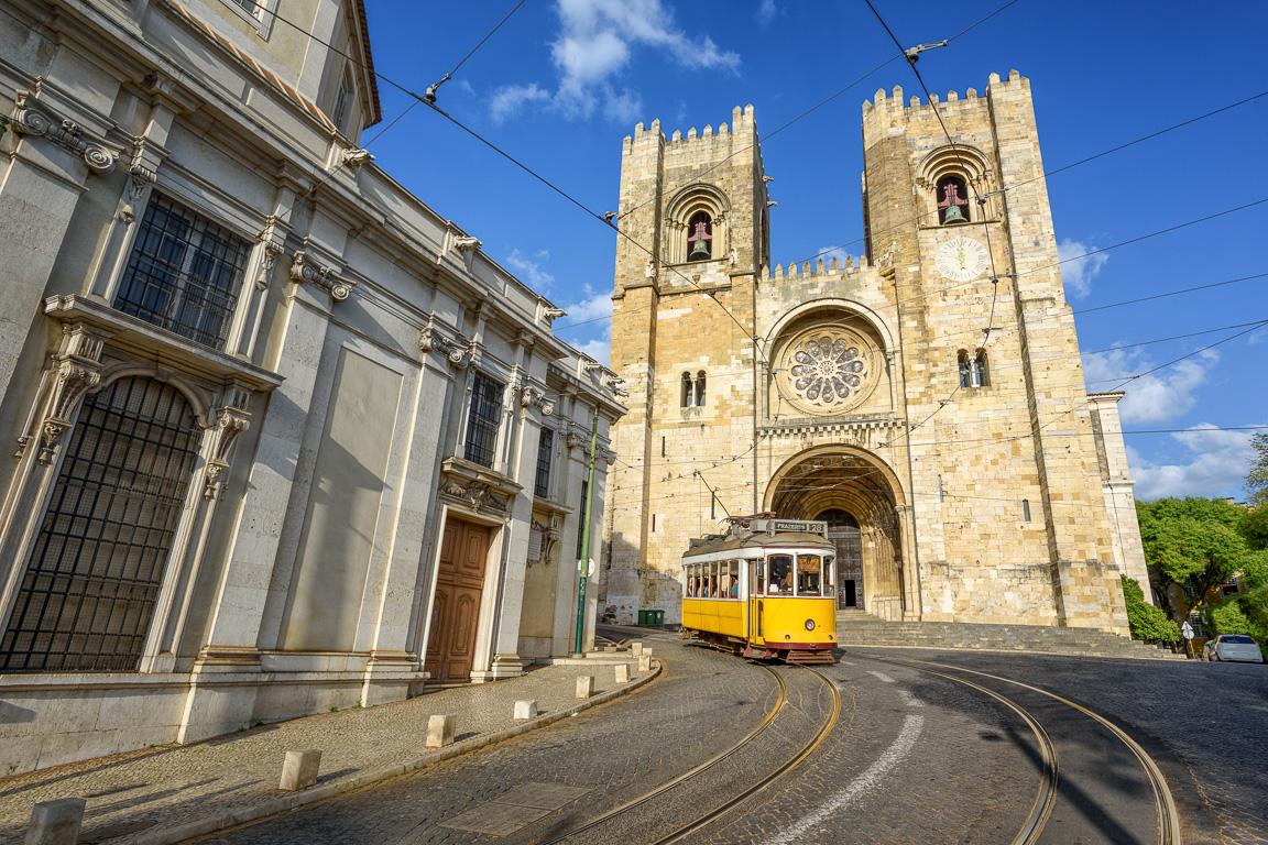 Tram 28 davanti alla Cattedrale di Lisbona