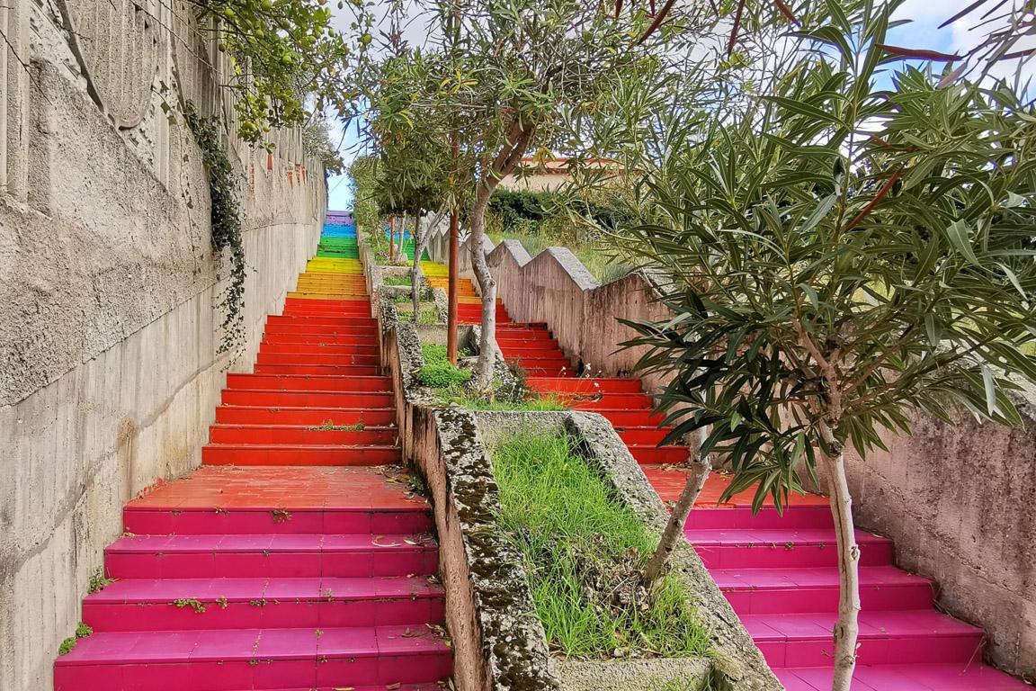 Dintorni di Burgos in Sardegna: scalinata colorata a Bottidda